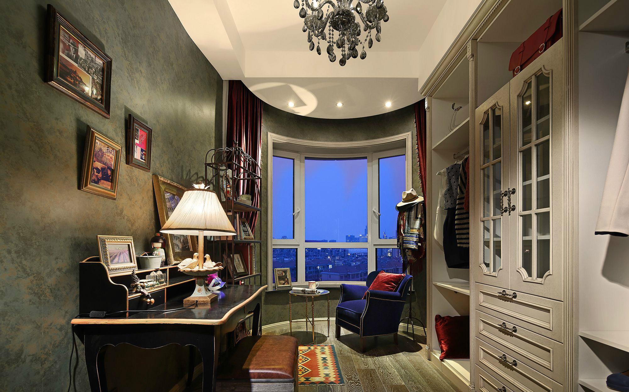 客厅以灰色与白色作为主色调,东西虽然不少,但是有一种贵族气质。