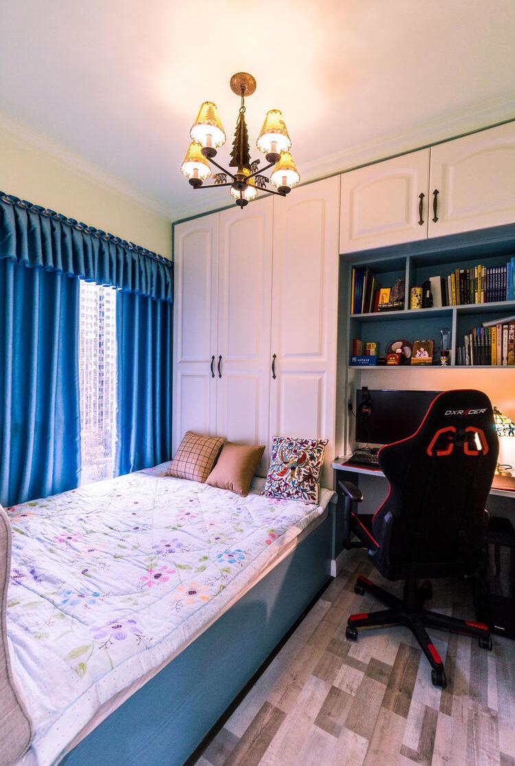 儿童房还是比较简单的,一张单人床和一个书桌,让孩子处于更好的清净坏境促进更好的学习