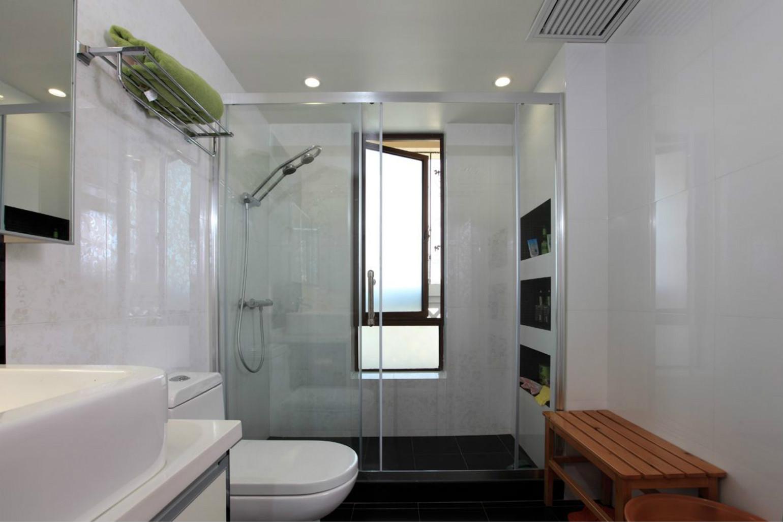 卫生间设计比较干净整洁,干湿分离很明显,洗浴台也做了很好的收纳