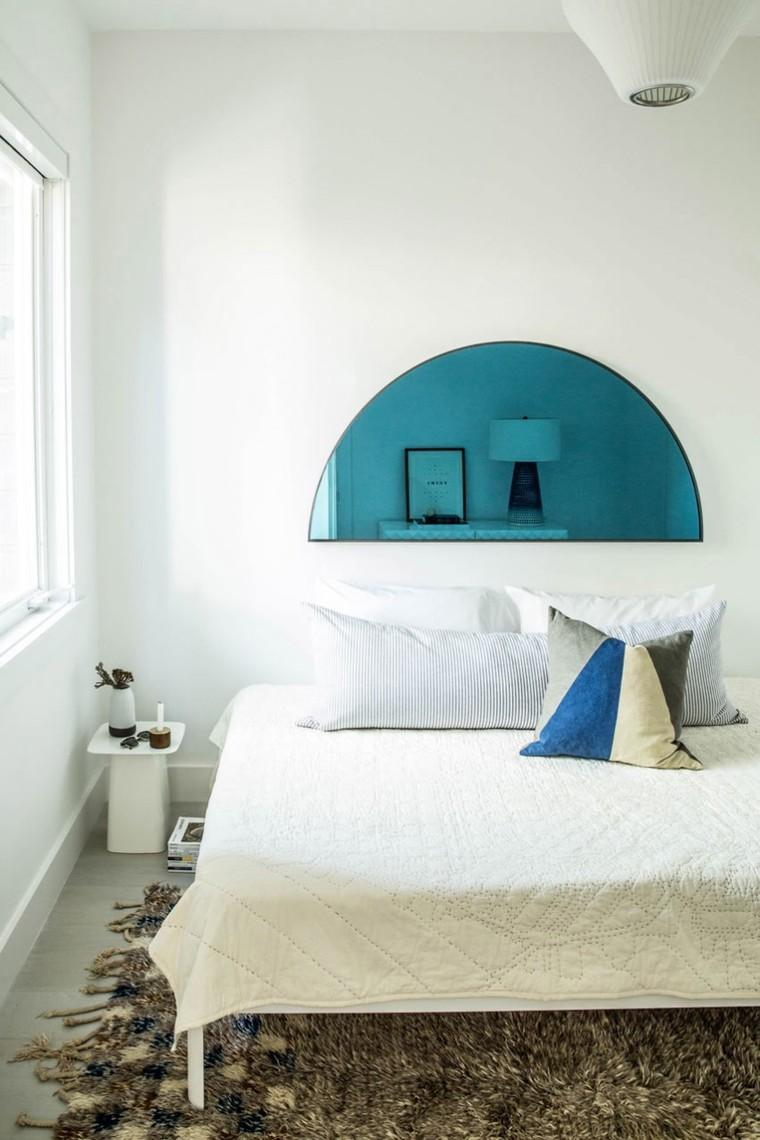 设计师将现代与复古混搭的手法同样运用在主卧中,复古的皮箱与小凳在整个现代空间中显得十分的突出。
