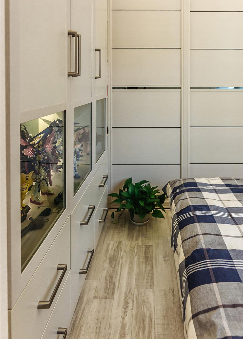 衣柜、展示柜相结合,中部玻璃门部分可以摆下男孩心爱的模型手办。