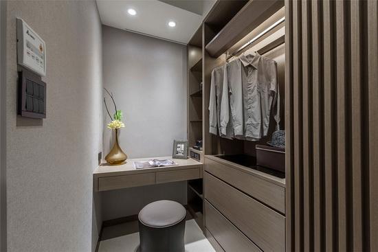 卧房木格栅后方为化妆间,内部以木质语汇挹注内敛沉稳意象,形塑温润质感。