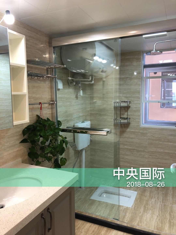 卫生间干湿分离,窗户设计保证了光线与通风,保证空间的干燥,避免了潮湿环境下的卫生状况。