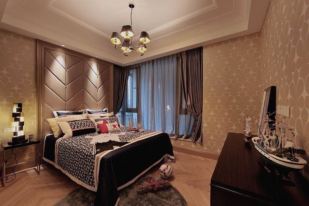 儿童房宽大的落地窗让室内光线十足,暖色的灯光,晚上很容易入睡~