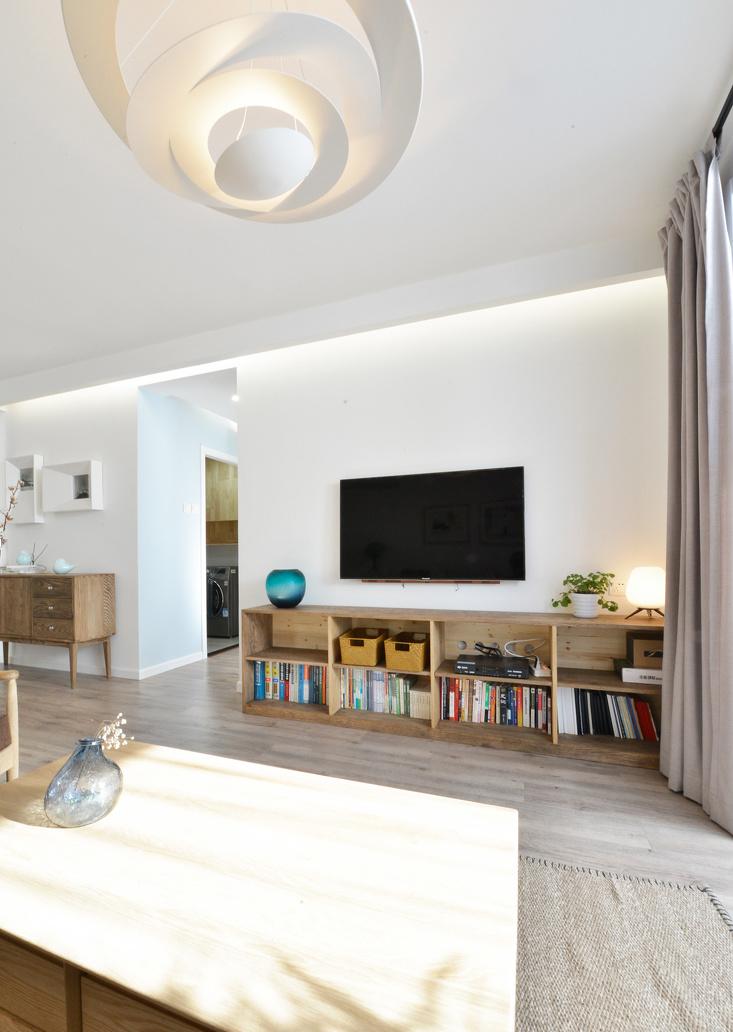 没有过多设计的纯白电视墙,还原了纯粹和简致。