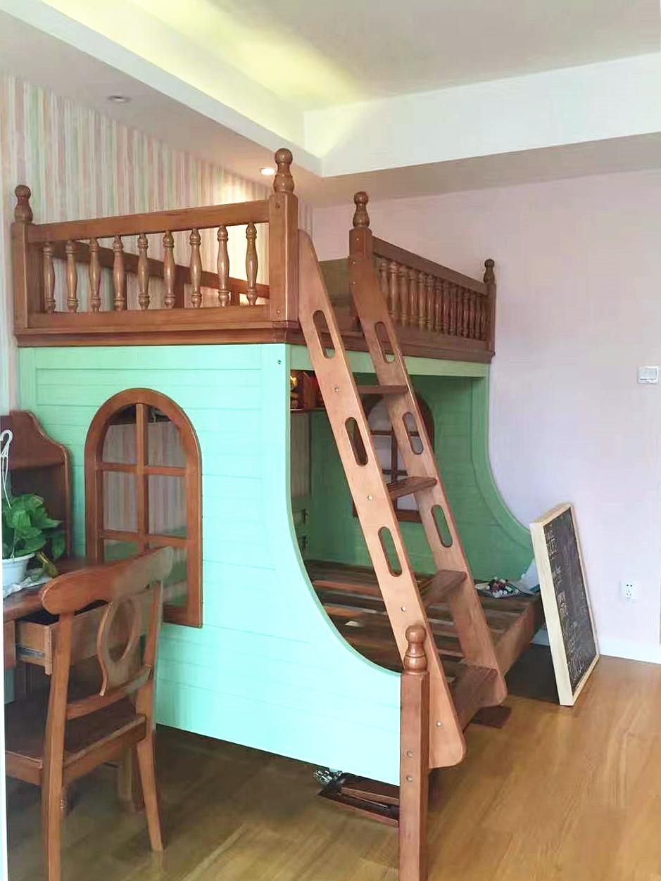 儿童房装饰的相对清新可爱,有小朋友喜欢的城堡形状的高低床,小书桌可以让孩子从小养成良好的阅读习惯。