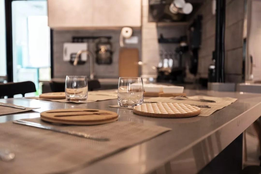 透明水晶杯,创意圆形杯垫,为居室主人打造高品质优雅生活。