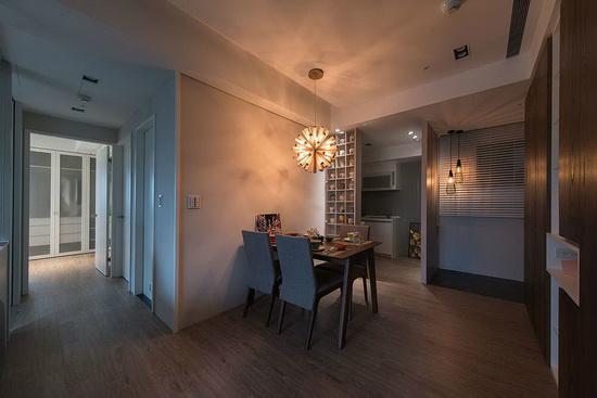 局部使用玻璃媒材做为隔间,让沙发墙拥有通透视觉,少了厚重实墙的阻碍。