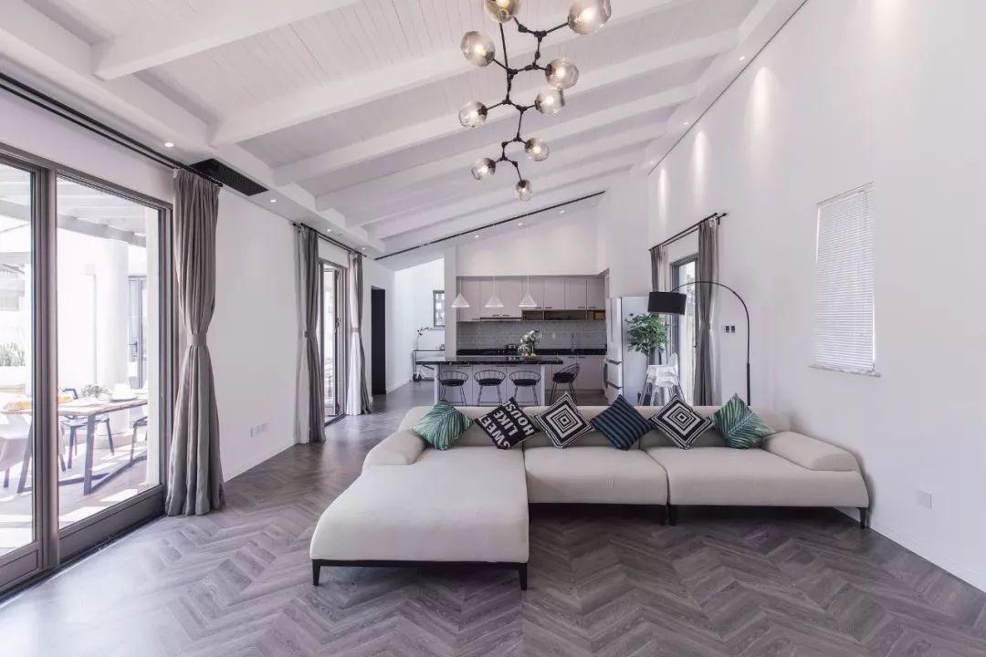 客厅选择一盏纵向分子灯 来平衡整个空间视觉,又与地面的人字形地板形成呼应,交织成一个精致的公共空间。