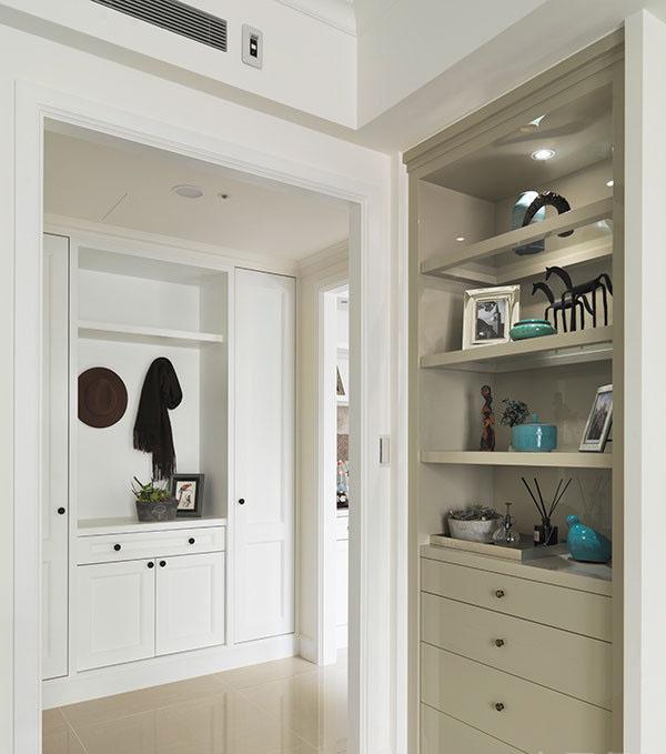 多层次感的转折设计,是本案的特点之一,利用双面柜创造走廊的转折动线,同时也扩充出实用又美观的收纳区域