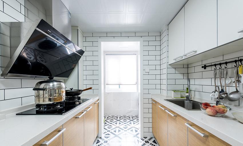 黑白色小花砖,是北欧风独有的特色,木色地板为厨房注入自然气息。