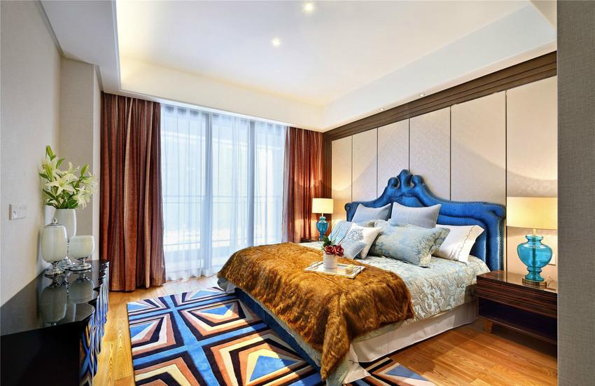 主卧色彩比较明亮,以黄色为主,地毯以蓝、黄色相兼。