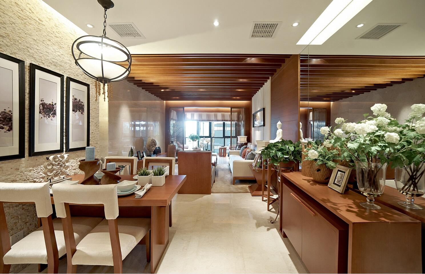 四人餐桌满足一家人的用餐需求,餐厅背景墙设计让原本平淡的空间有了艺术感。