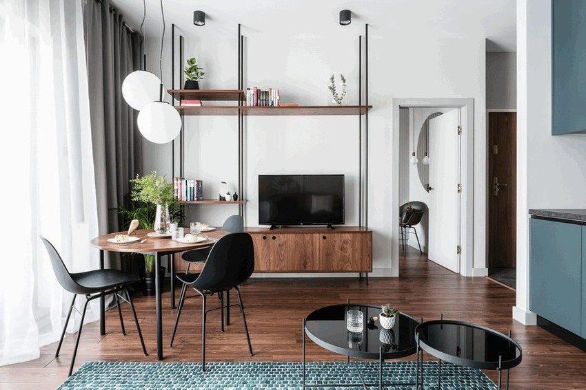 客厅的一角,就一张圆桌和椅子,与地板铜色的效果不会太引人注意。