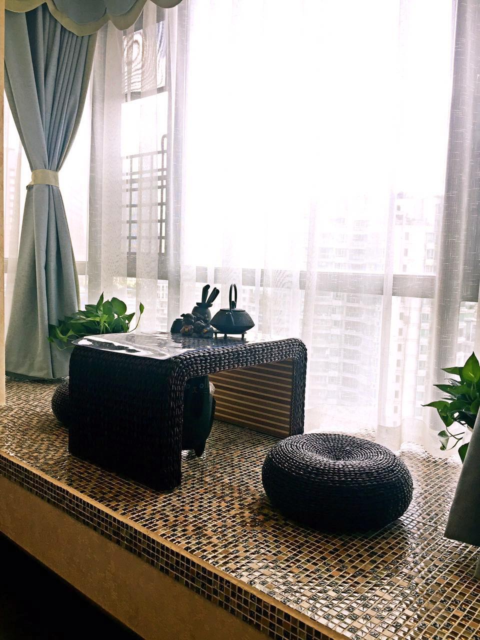 主卧的大飘窗改成一个小茶室,铺贴的马赛克很有异域风情,用淡蓝色与白纱做窗帘让颜色柔和了许多。