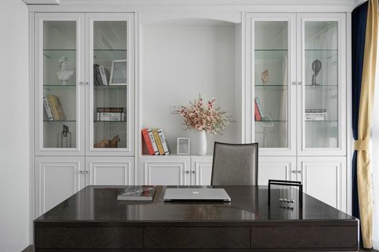 书房简约美观,书柜设计偏向于温馨舒适,实木书桌的使用使房间更加理性。