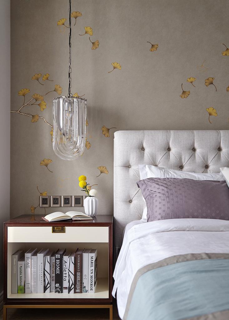 晶莹的床头灯如绸缎般流线优雅,浑圆的乒乓菊更添一分灵动。