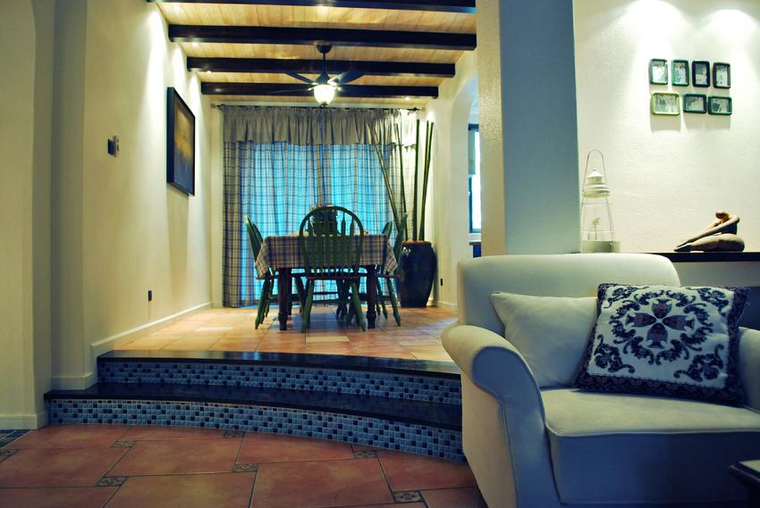 餐厅与客厅相通,中间台阶处用深蓝色瓷砖来划分区域,同时也提示主人这里有台阶。