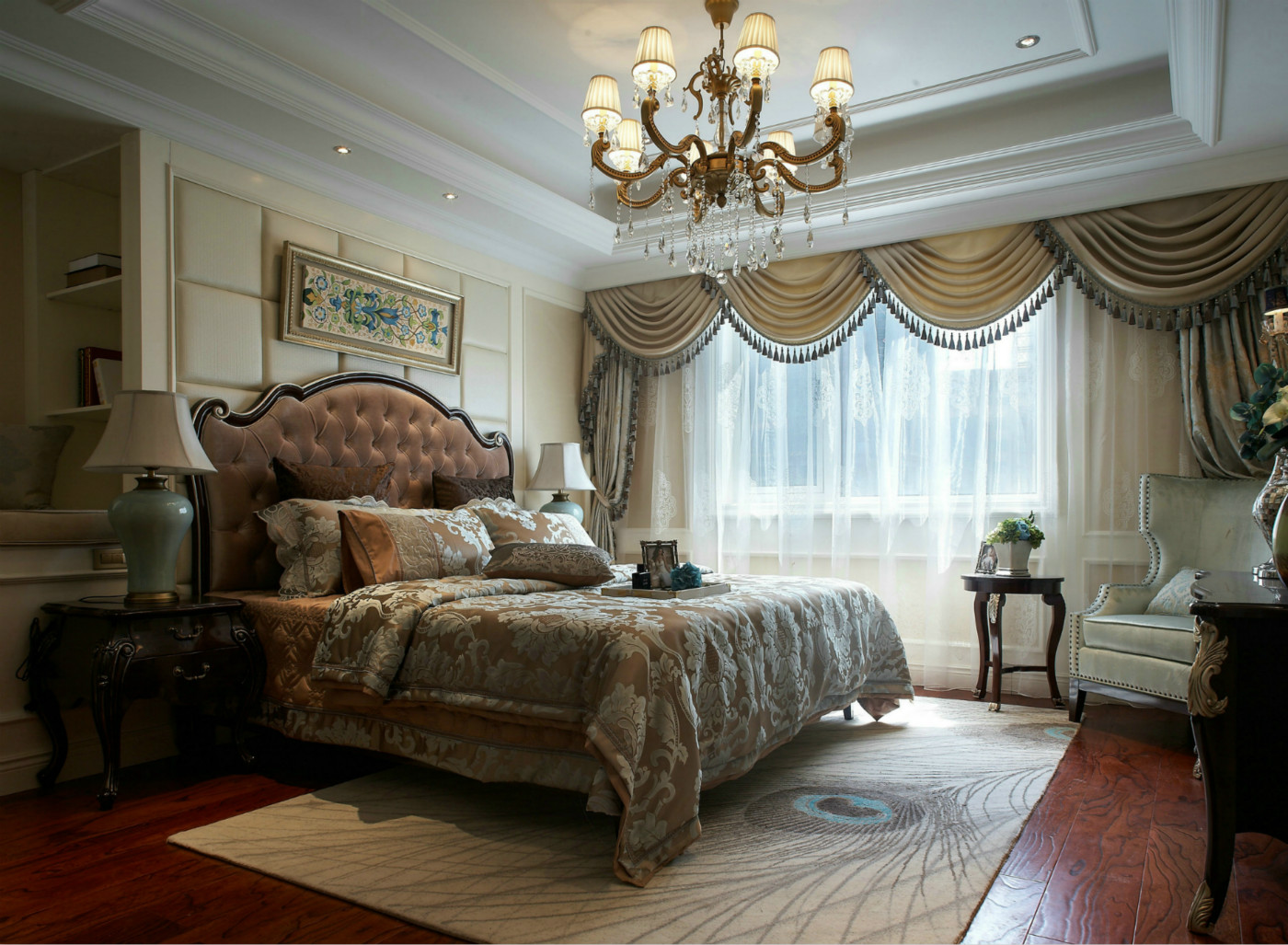 卧室从窗帘到床上用品以及吊灯等各方面的装饰,无不显示出主人的品味。