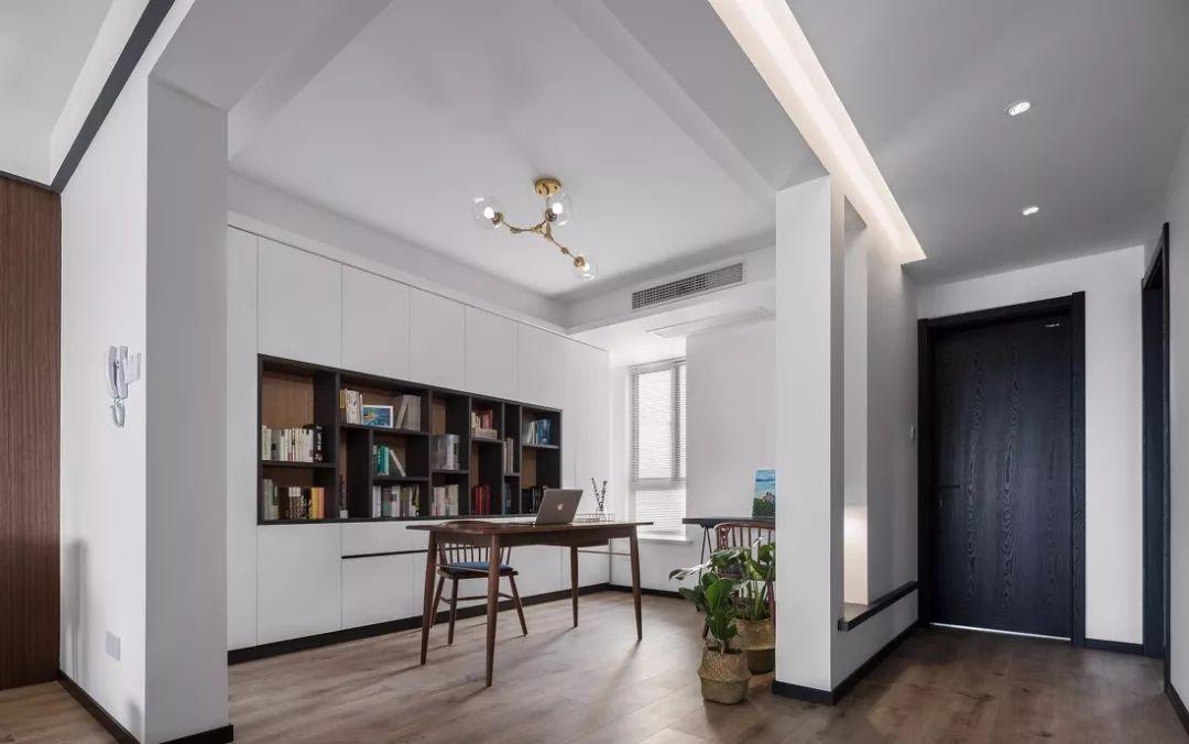 书房的设计采用的设计开放设计,将一整面墙的书柜展示出来,给人干净又明朗的感觉。