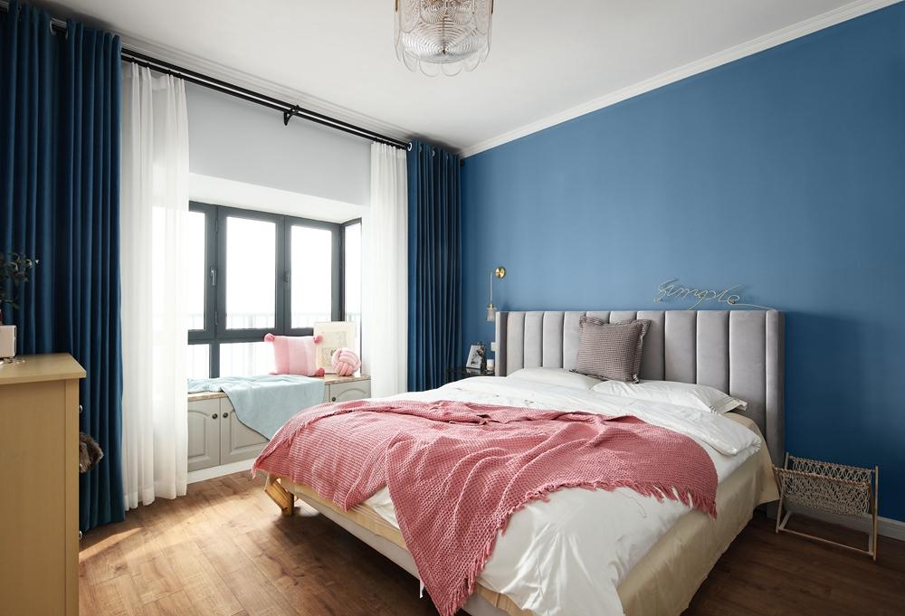 侧卧沿用蓝色背景墙,保持着整体风格的静谧,局部使用粉色床品点缀,带来一丝浪漫。