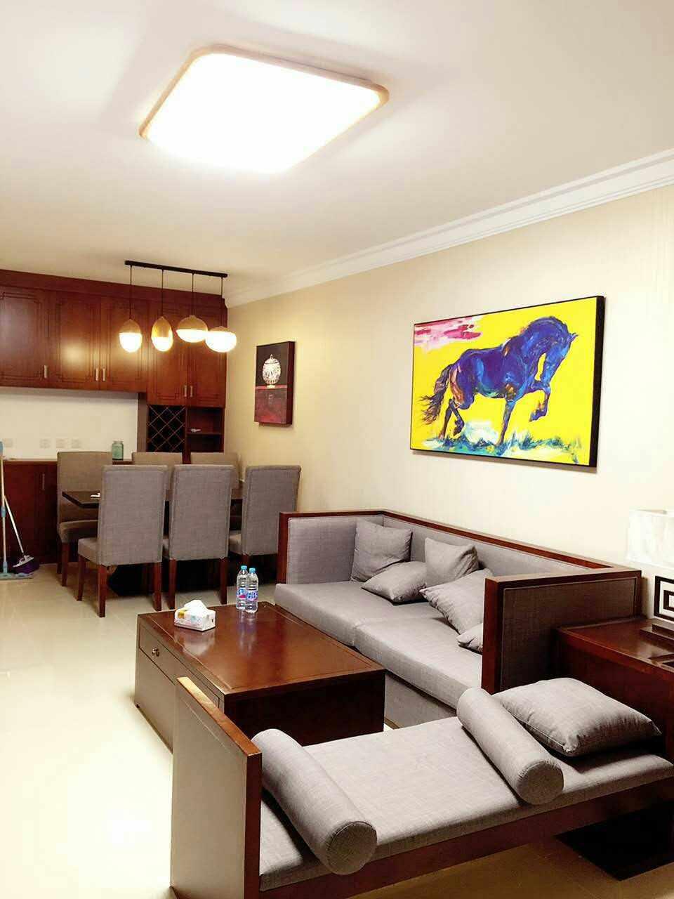 棕红色的各式家具棱角分明,造型极具中式风;墙上一幅彩色骏马图让客厅丰富起来,呈现出视觉的美感。