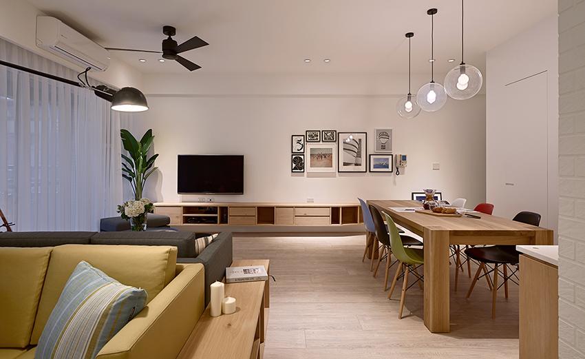客厅木质地板搭配上花瓶枯枝,构成了整个空间自然温暖的气质。