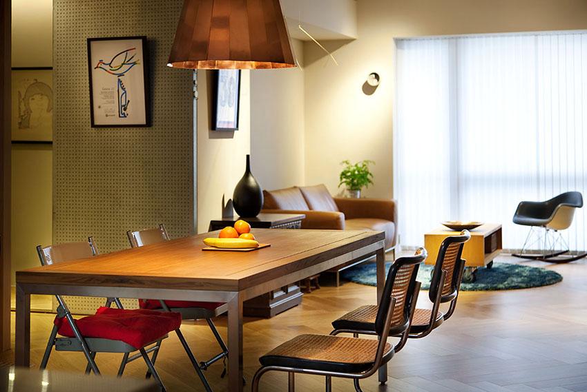 餐厅采用工业风特色比较明显的金属餐桌椅,桌面选用了实木色桌面,有一种简洁粗犷的感觉。