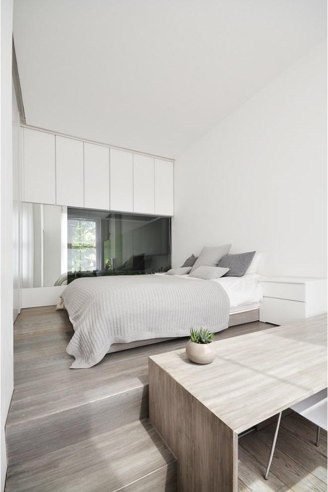 卧室利用木板将空间架高,形成上下两层空间,下层做工作室使用,上层则为睡眠区。