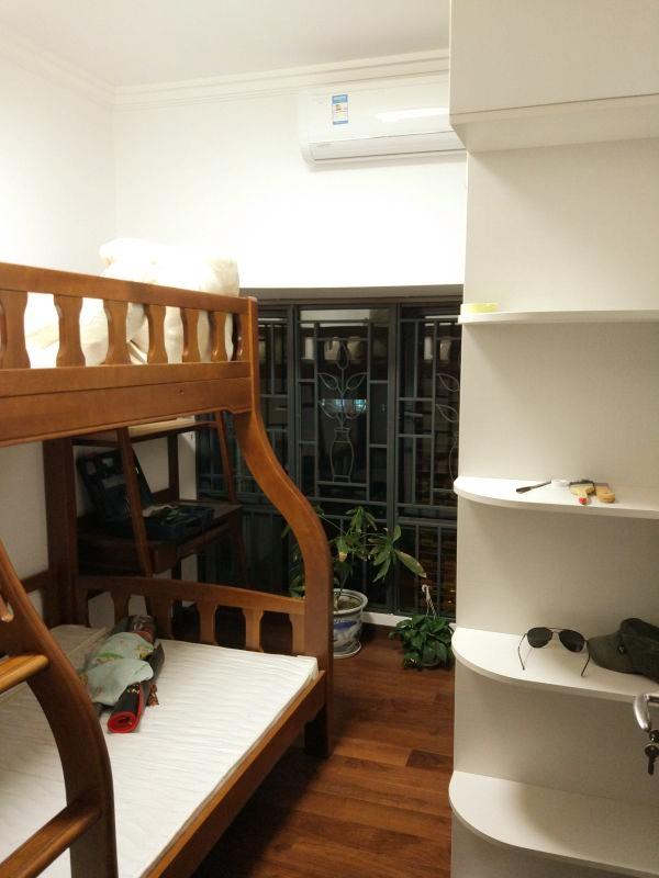 不大的儿童房里摆放着双层床,圆边处理的床架让孩子避免发生更多磕碰。