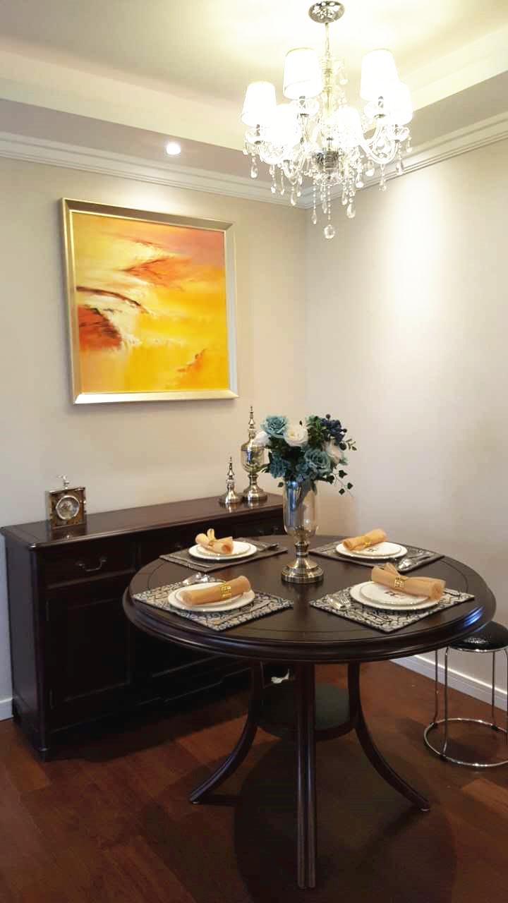 高挑又造型独特的花瓶也加强了空间的立体感,精致的餐具给餐厅加分不少。