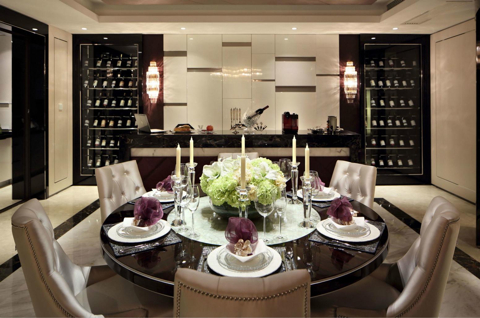 餐桌以木质为主,皮质的座椅,花的点缀,很是典雅