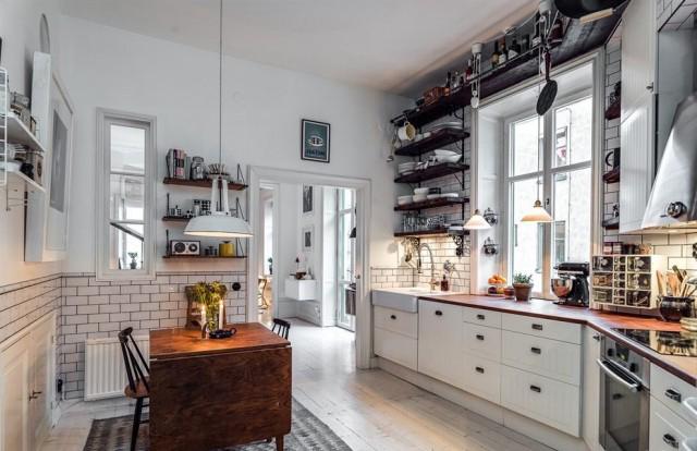 如果是两个人就餐,厨房的小餐桌更为合适,面对面亲密。