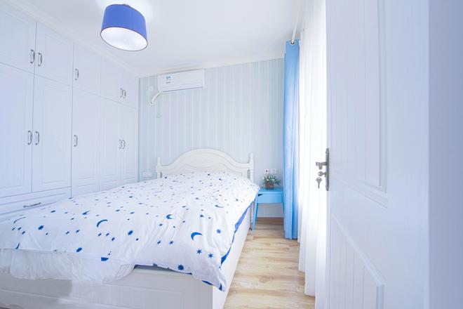 蓝与白打造清爽干净的睡眠空间,不同深浅的蓝,让卧室的颜色更有层次感。
