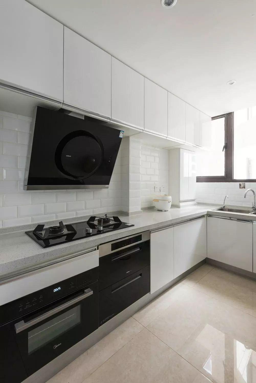 厨房简洁明亮,动线简单流畅,操作使用方便。