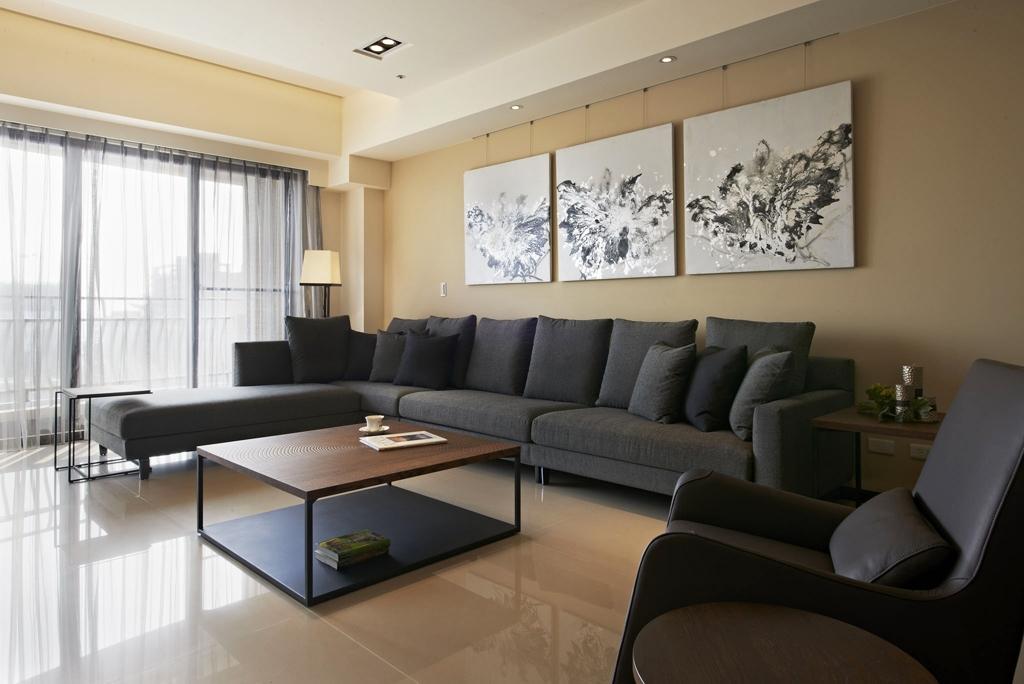 沙发背景墙挂着三幅素描画,不抢眼,搭配和谐。