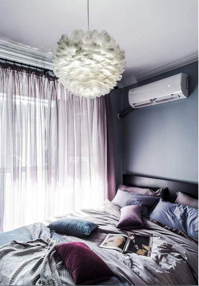 卧室给人一种格调满满的感觉,浪漫的羽毛吊灯,灰色和蓝色搭配的软装和背景墙,再加上粉紫色窗帘。