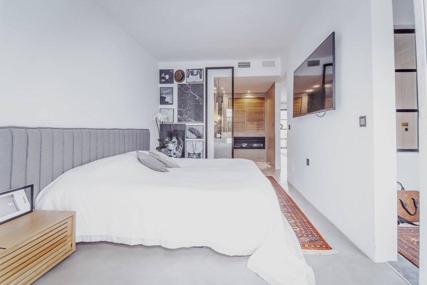 卧室并没有为了体现现代风格而失去一些功能需求,比如卫生间,在这里可以看到,卧室边上带了一个小卫生间,