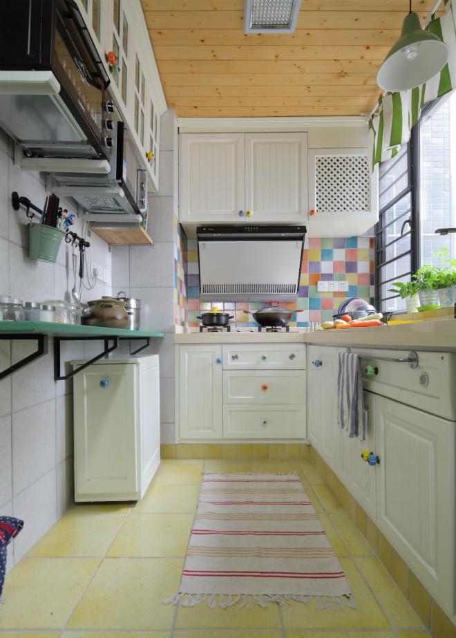 进入到厨房,白色橱柜与地砖交相呼应。五彩壁砖的搭配增加一丝跳跃感。