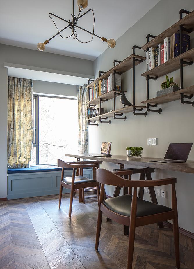 书房以木质+铁艺营造出粗犷随性的氛围,当阳光渗入,是一天最美好的时刻。