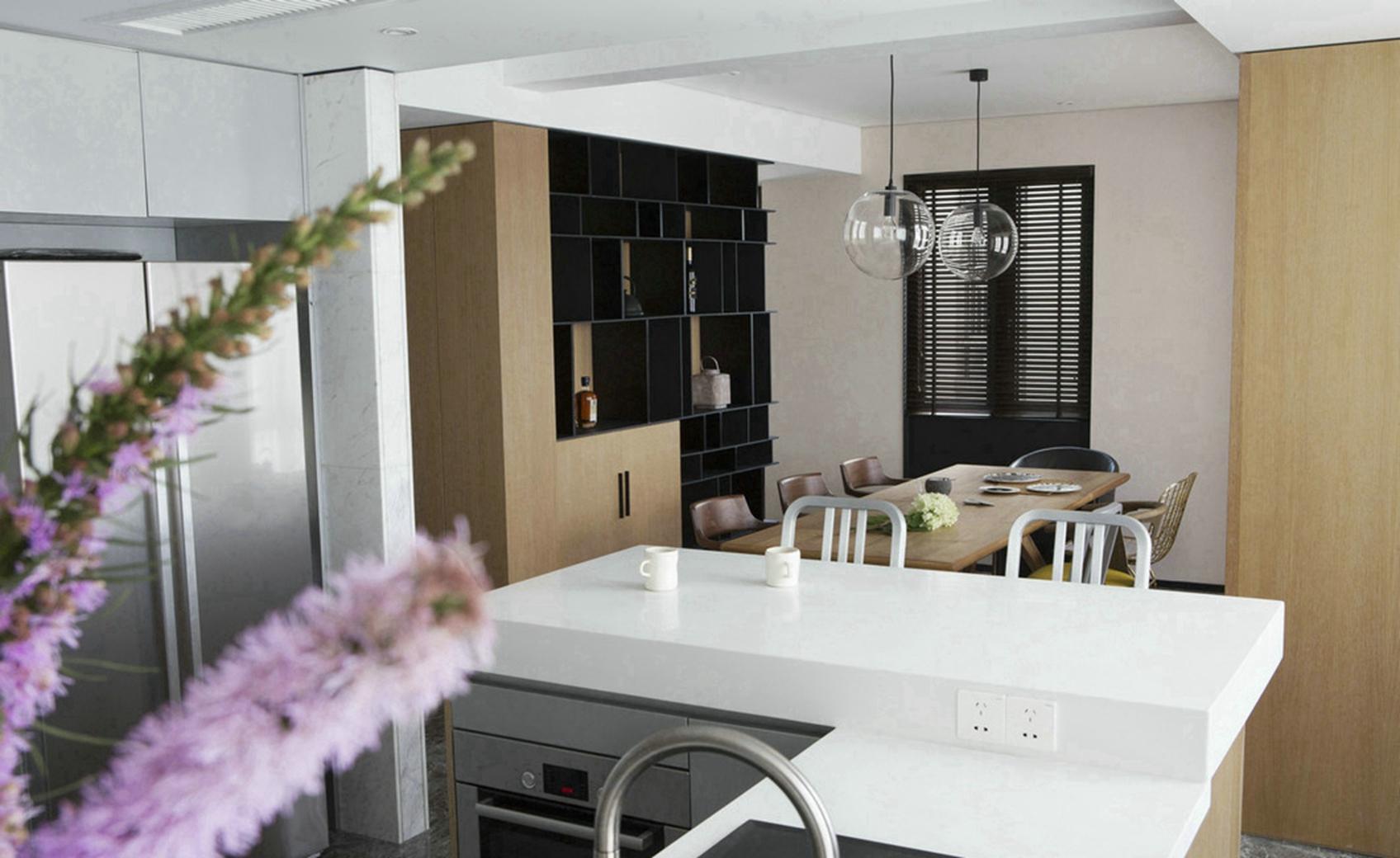 厨房和餐厅是一体化,开放式的,拉长了整个空间收纳充足