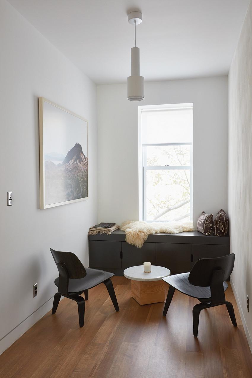 卧室旁边还有个小小的房间,摆两把椅子,一个小茶几,即使安安静静地坐在这里,不说一句话,也能感受到对方