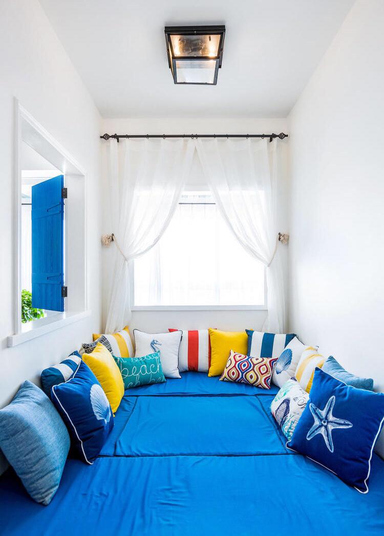 次卧室以暖色为主,蓝色神似海洋,更好的舒畅休息