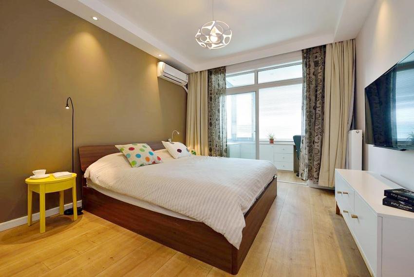 卧室更偏重简单,连床头柜都只是一张凳子,配色上使用泛黄的灯光配黄色的墙纸突出卧室的温暖感觉。