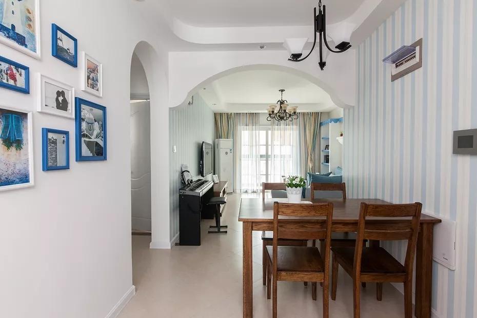 餐厅延续了客厅蓝白相间的墙纸设计,整体和谐自然;黑色简易吊灯,不会增加沉重感。