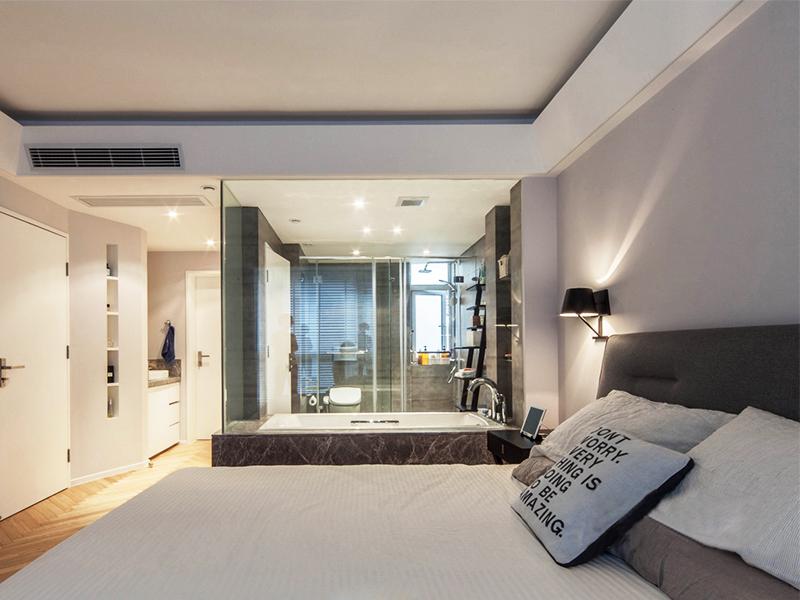 透明玻璃的卫生间,在很好地进行干湿分离的同时,也增加了空间的通透感。