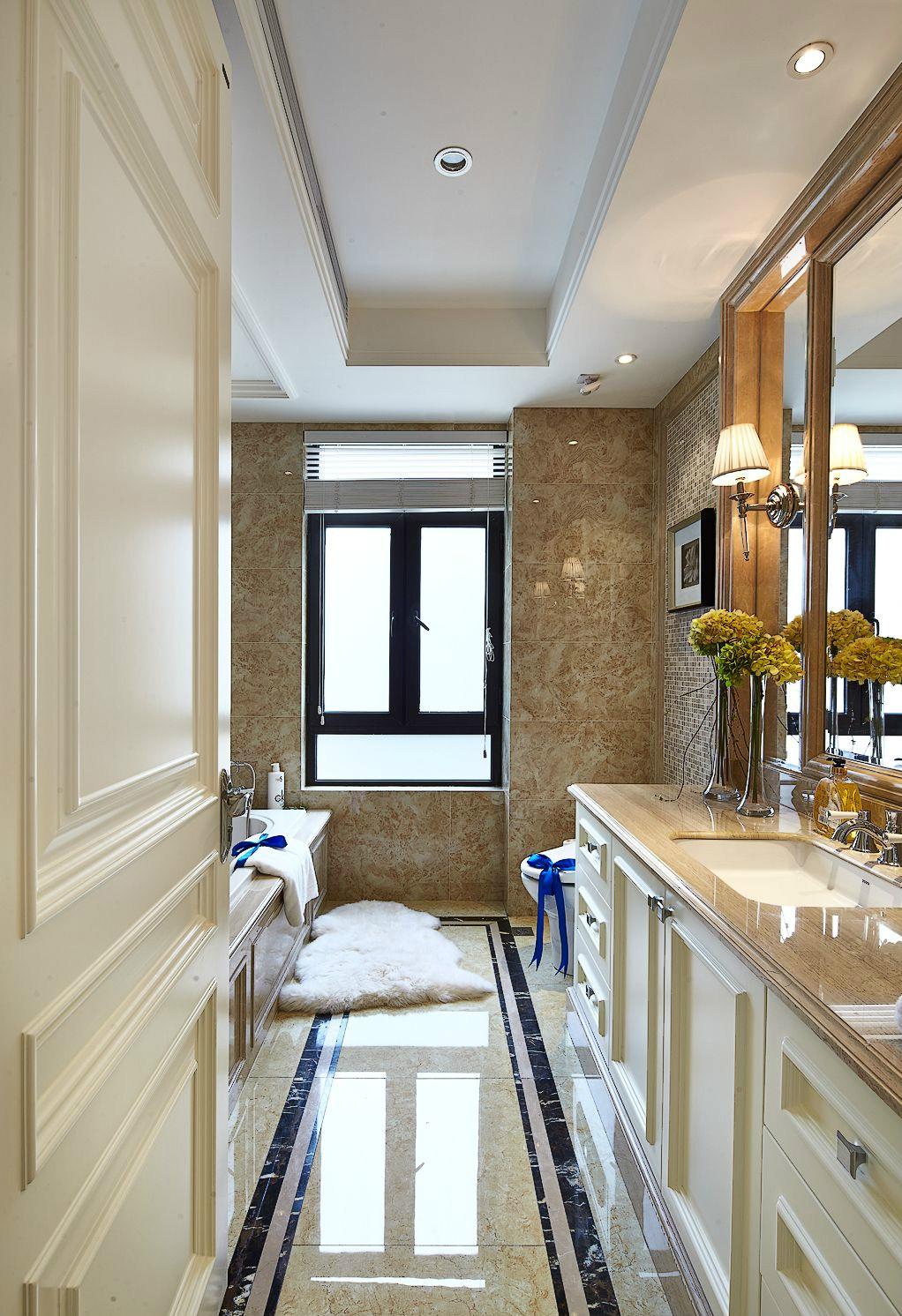 白色质感大理石的卫生间以简洁和纯净来与自然接近,复古马赛克的点缀让空间颇有格调。