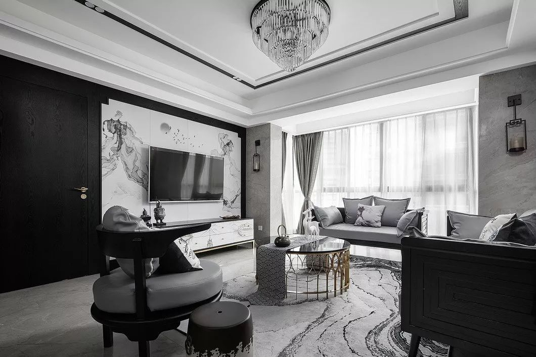 虽然外表采用中式风格,但沙发扶手、靠背等融入人体学,更舒适也摆脱了传统中式的老气,一成不变的形态。