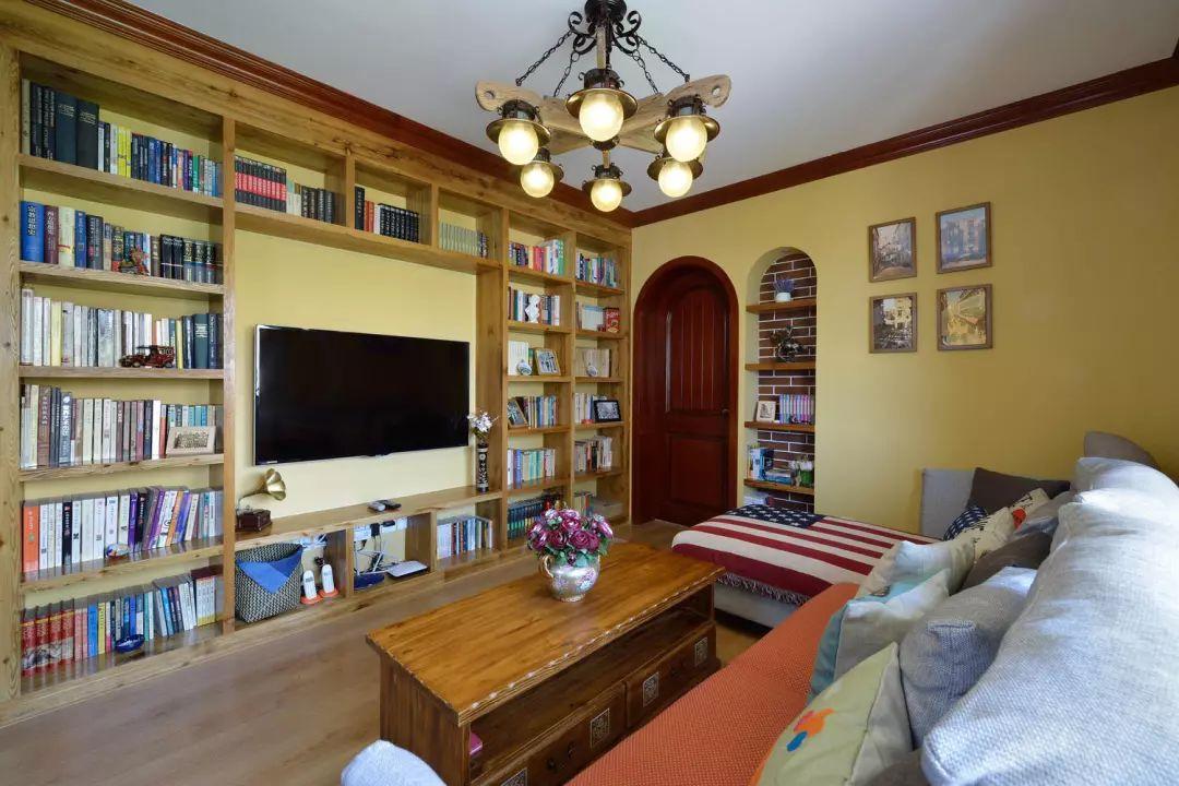 客厅的户型格局本身就与众不同,以落地灯为界,飘窗一部分为休闲,另一部分为随手收纳区。