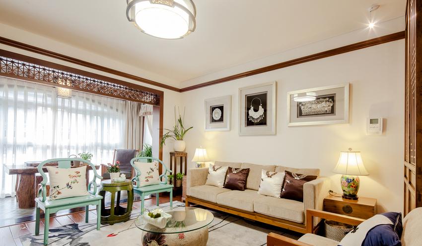 颜色运用也是本案的特点,中国红、青花蓝、宫廷黄等明快的色彩在整个家中点缀、穿梭。